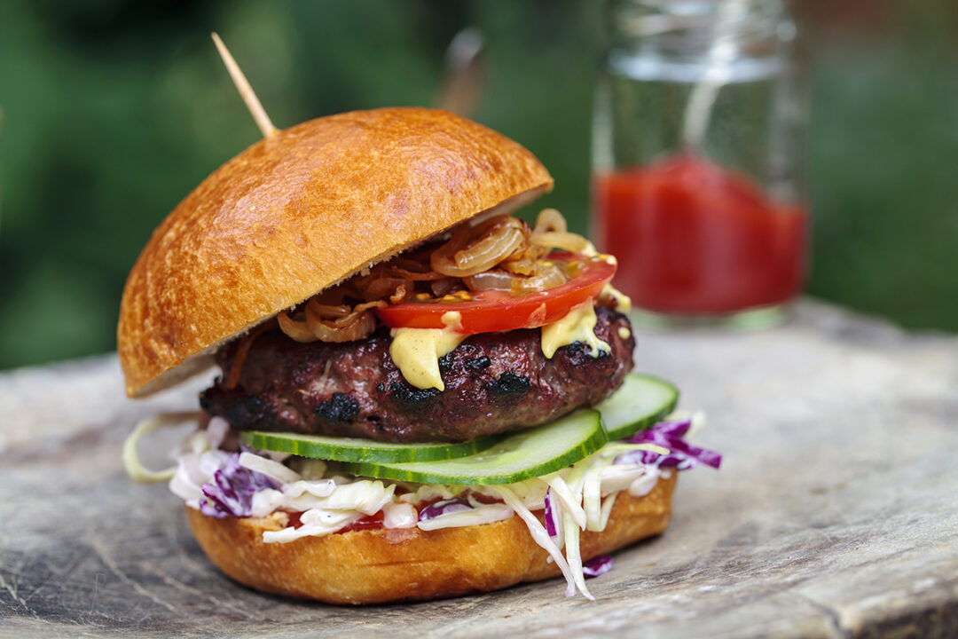 Burgers (veggie of vlees) met zelfgemaakte mayonaise, koolsla en krieltjes uit de oven